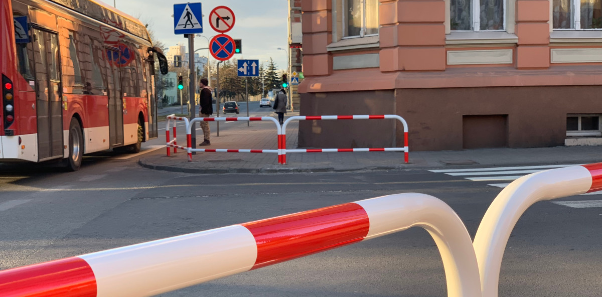 Zgodnie z zapowiedziami na skrzyżowaniu ul. Staszica i ul. Solankowej zamontowano barierki ochronne