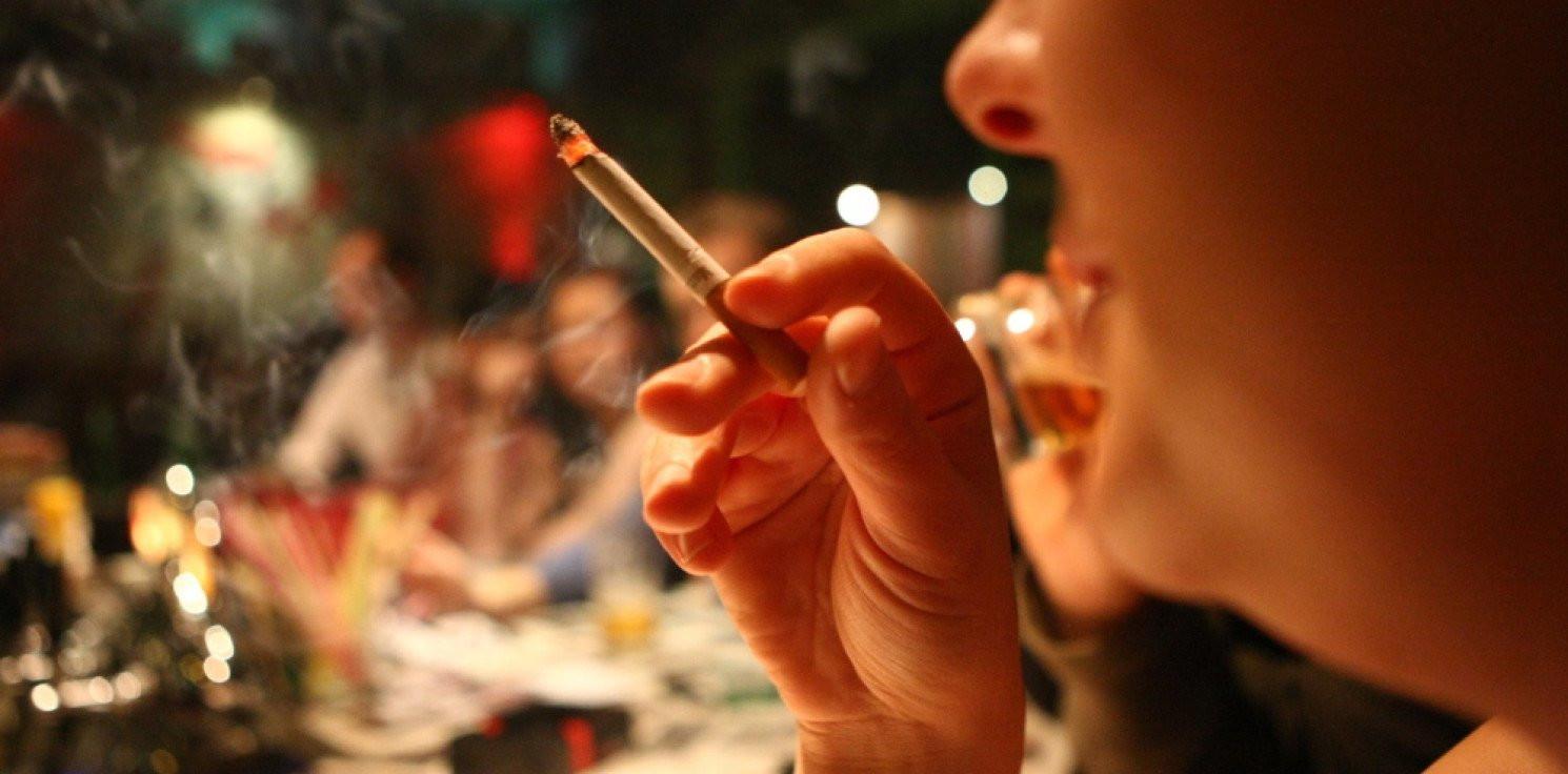 Świat - Palenie zwiększa ryzyko poważnych objawów COVID-19 i hospitalizacji