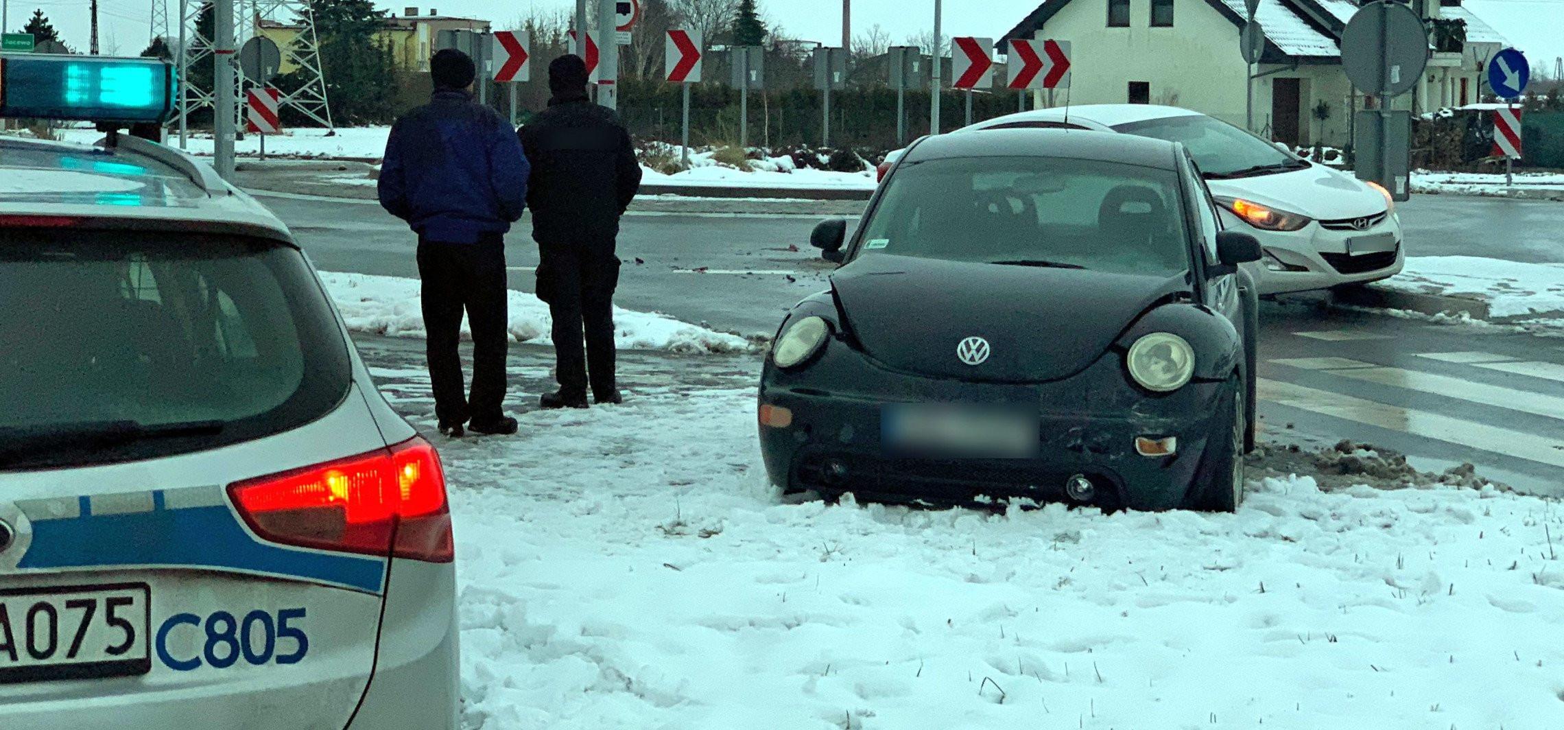 Dwa auta zderzyły się na rondzie