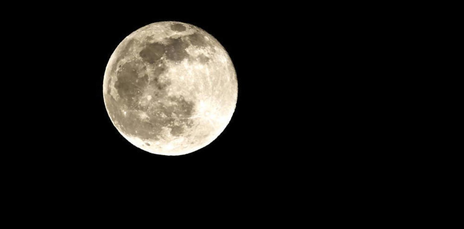Rozmaitości - Japoński miliarder szuka chętnych do wspólnego lotu wokół Księżyca