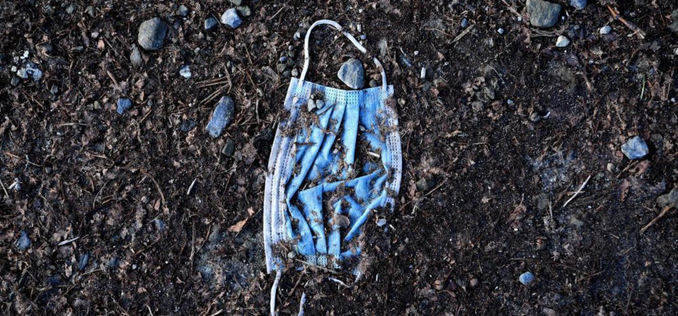 Naukowcy: maseczki to tykająca plastikowa bomba dla środowiska naturalnego