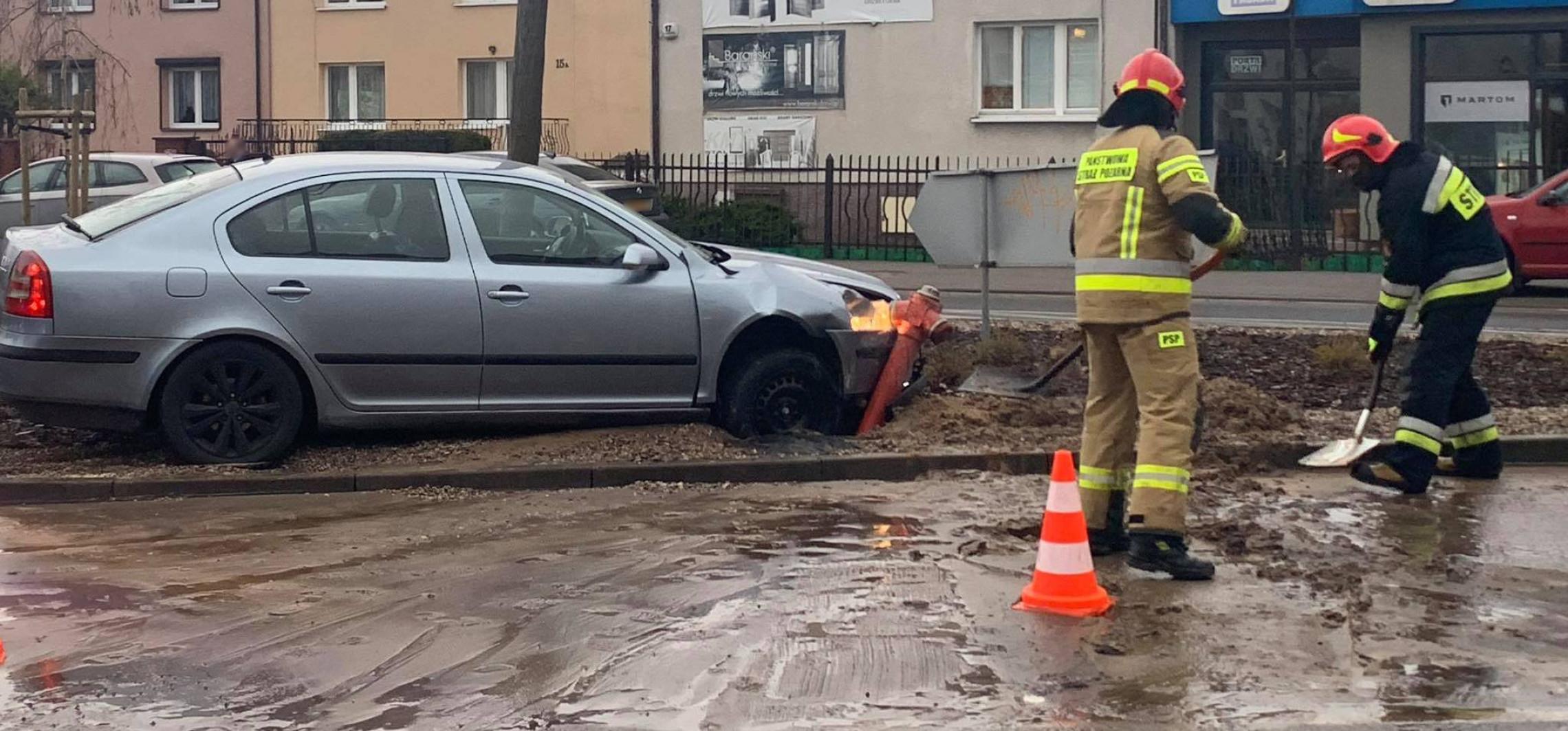 Inowrocław - Skoda uderzyła w hydrant. Woda na ulicy