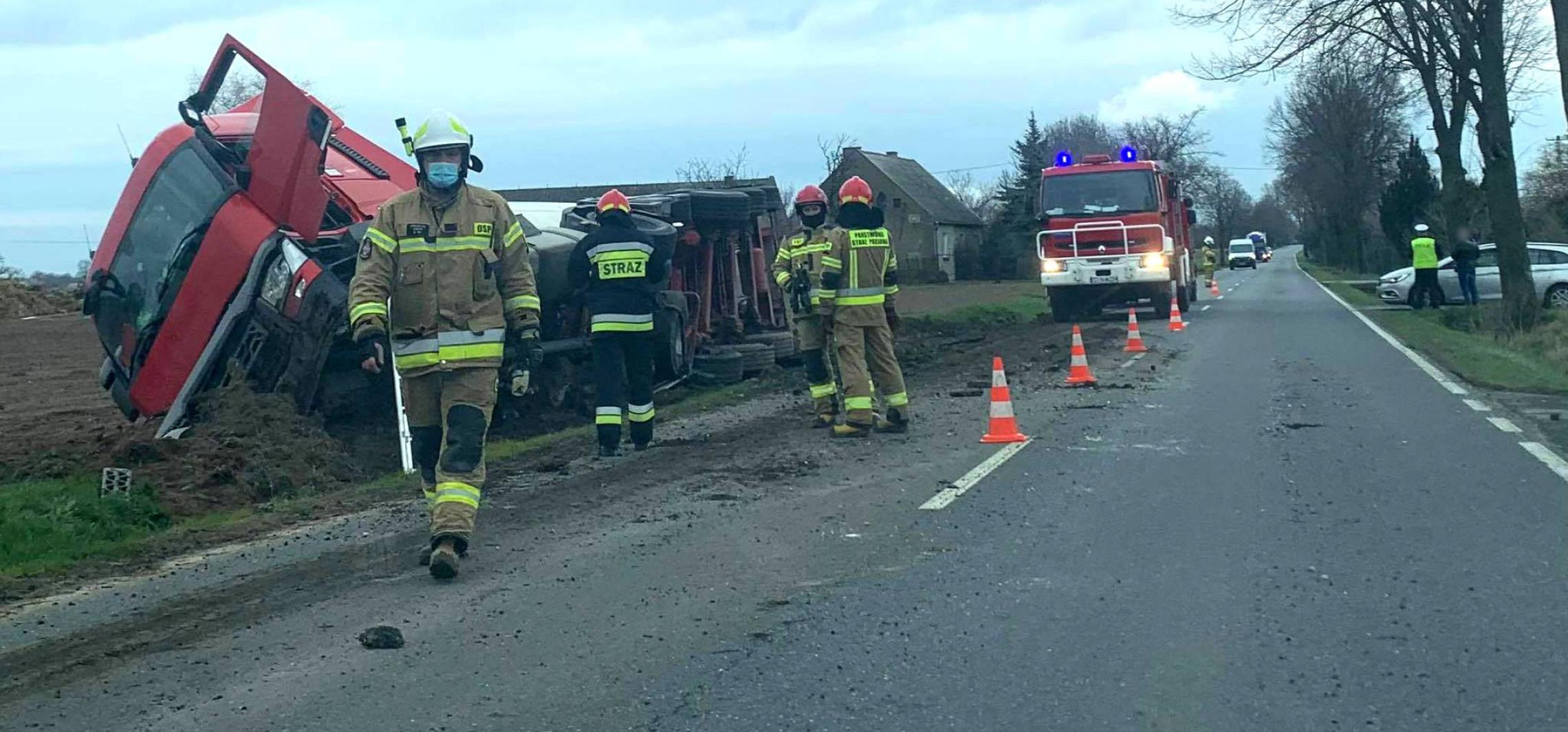 Janikowo - Ciężarówka wypadła z drogi, kierowca w szpitalu