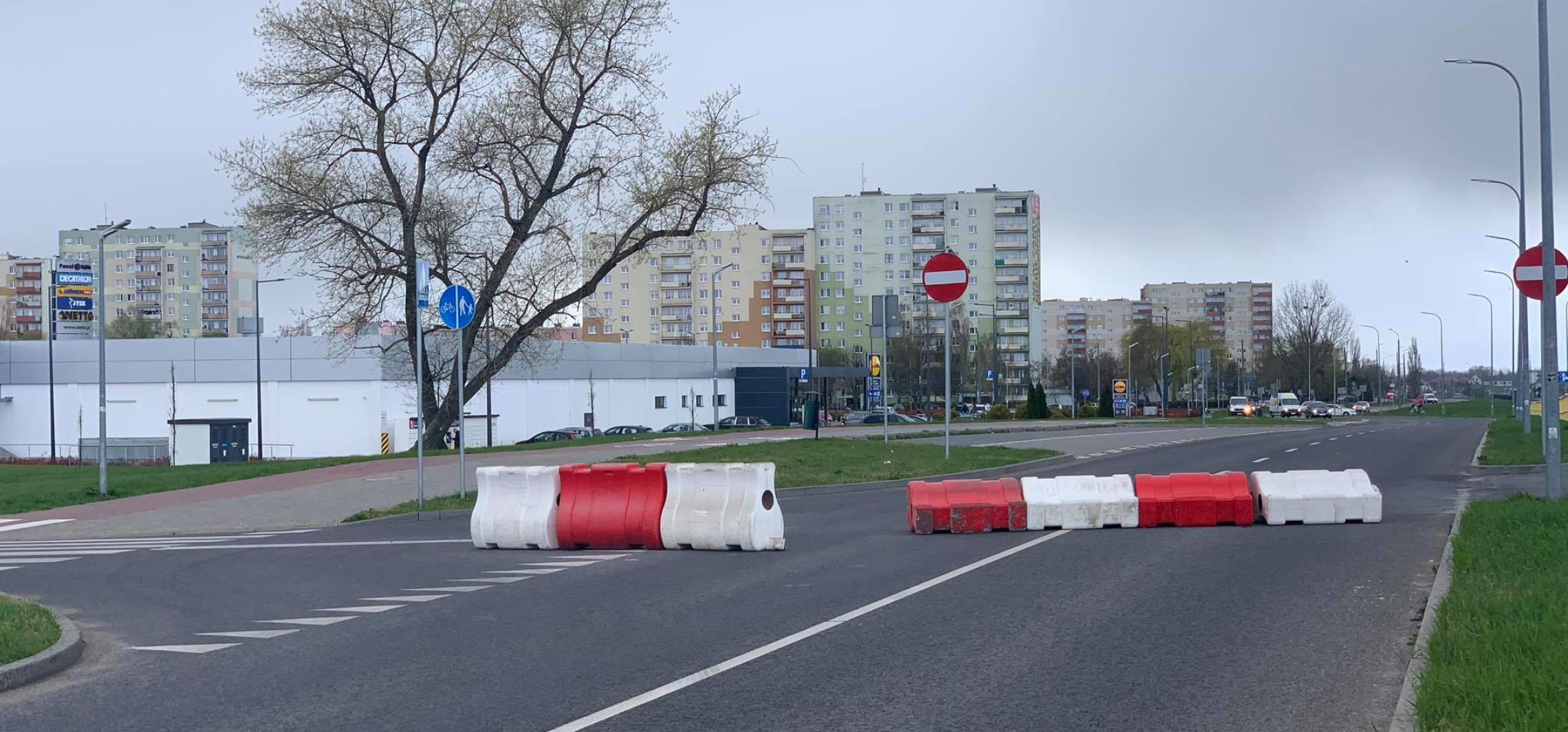 Wiatr przewrócił separatory na ulicy Glempa