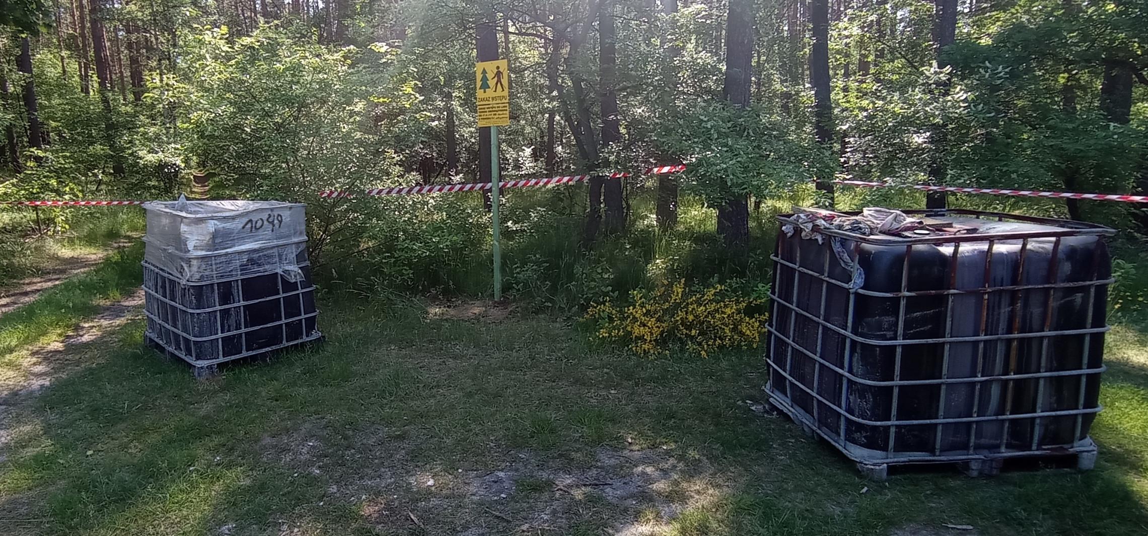 Inowrocław - Ktoś podrzuca odpady w zbiornikach do lasów
