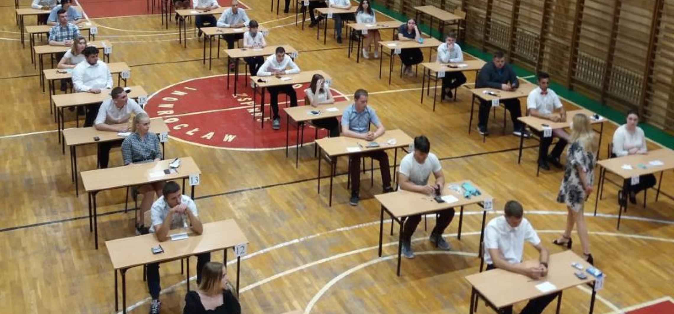 """Uczniowie """"Budowlanki"""" po egzaminie zawodowym"""