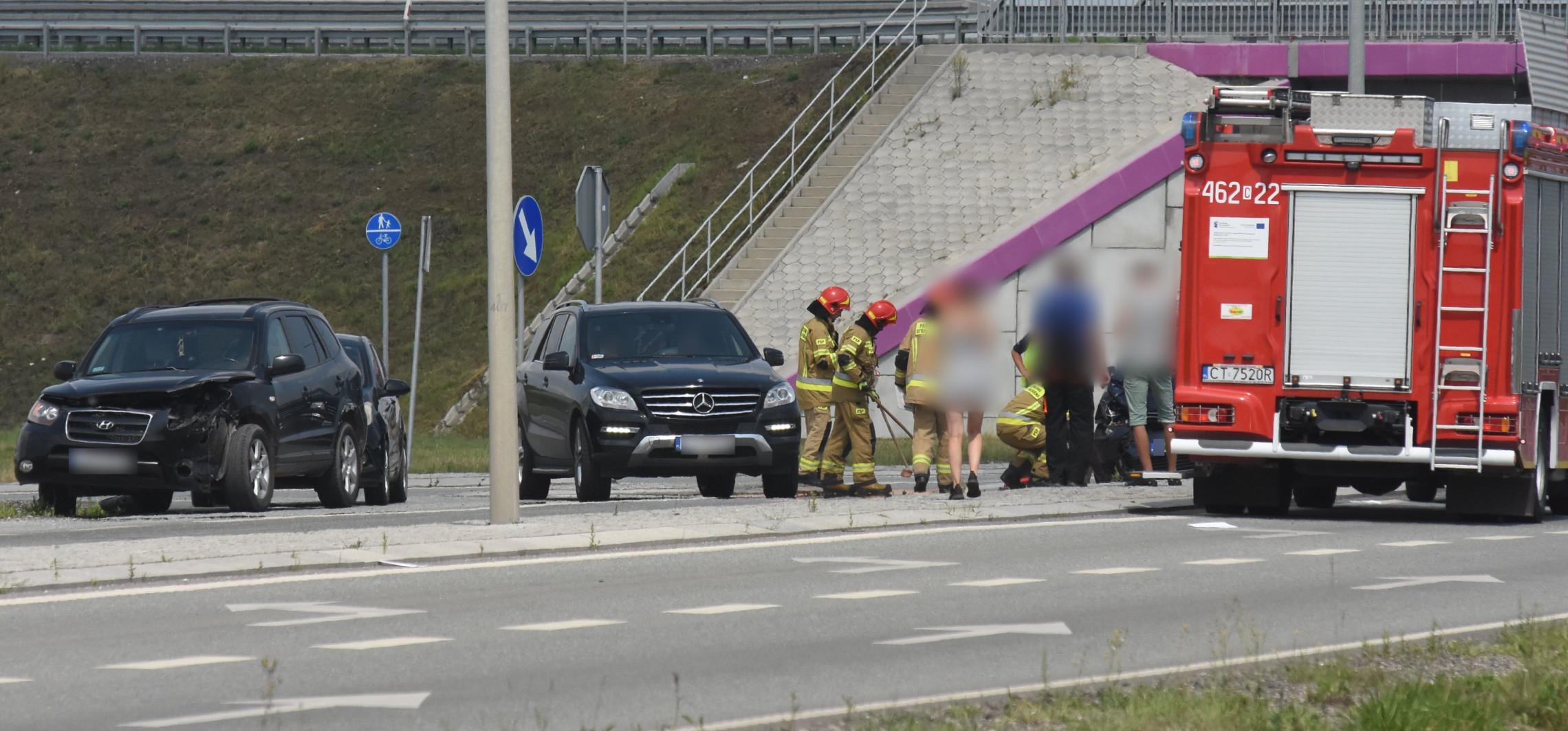 Zderzenie dwóch aut przy wjeździe na obwodnicę