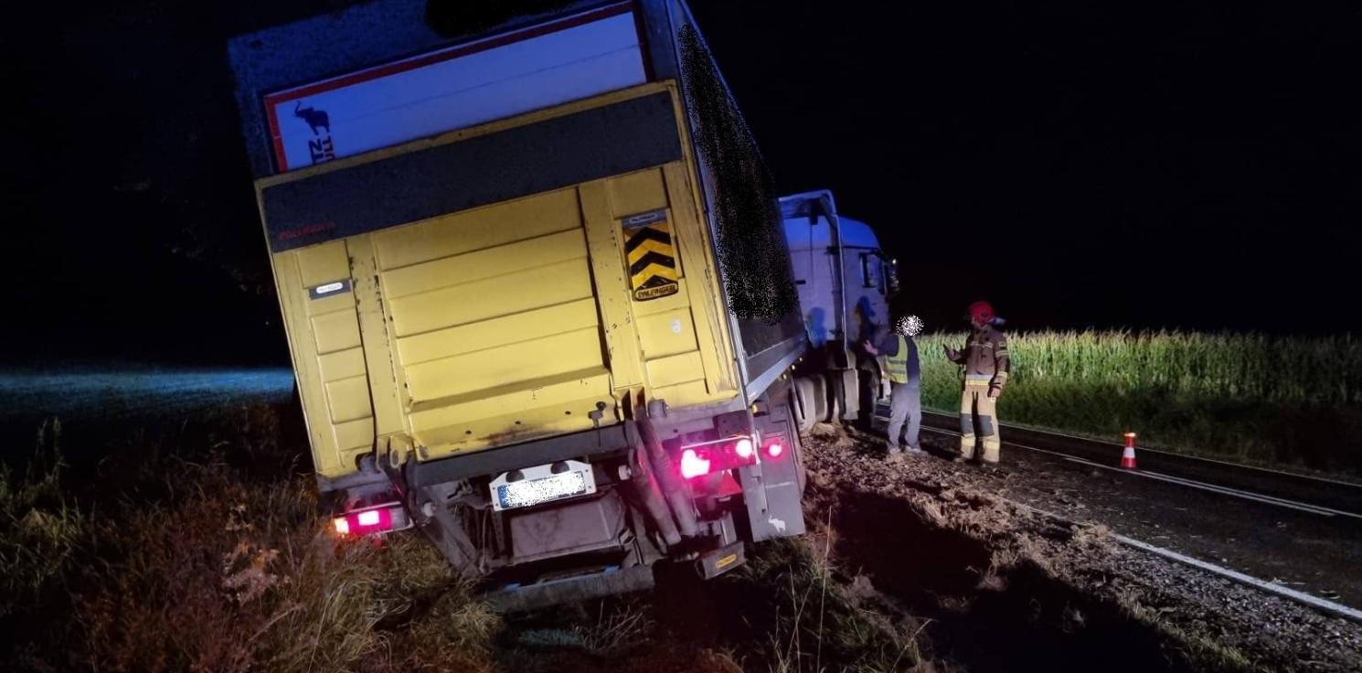 Region - Ciężarówka w rowie, zablokowała drogę