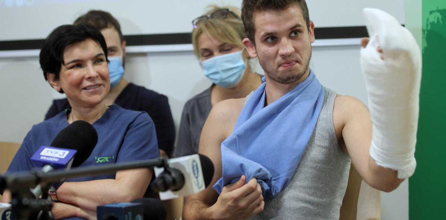 Rozmaitości - Pacjent, któremu krakowscy lekarze przyszyli rękę, wychodzi ze szpitala