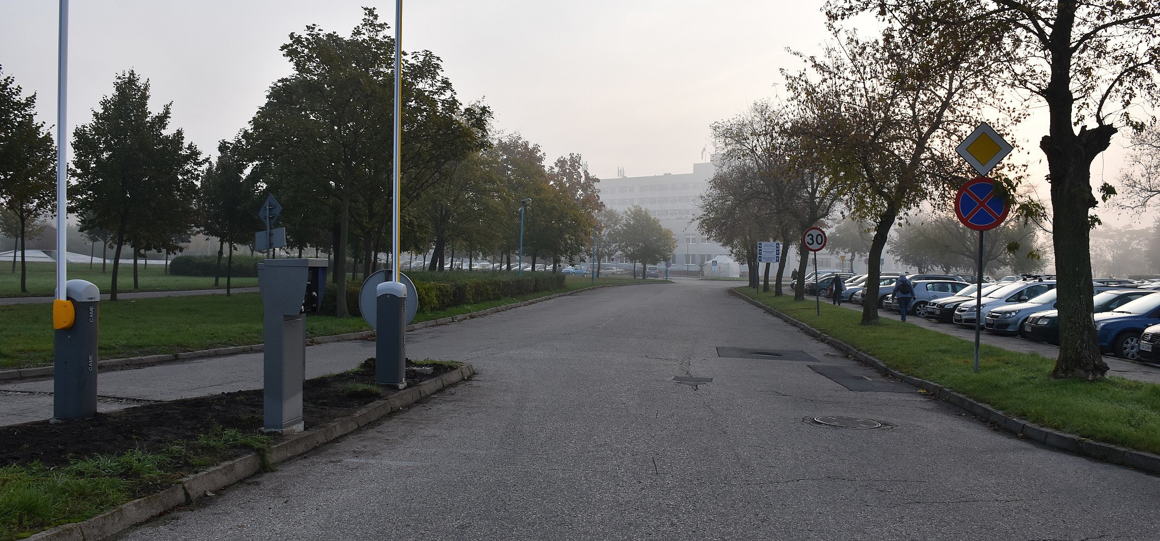 Inowrocław - Pod szpitalem trwa montaż parkomatów