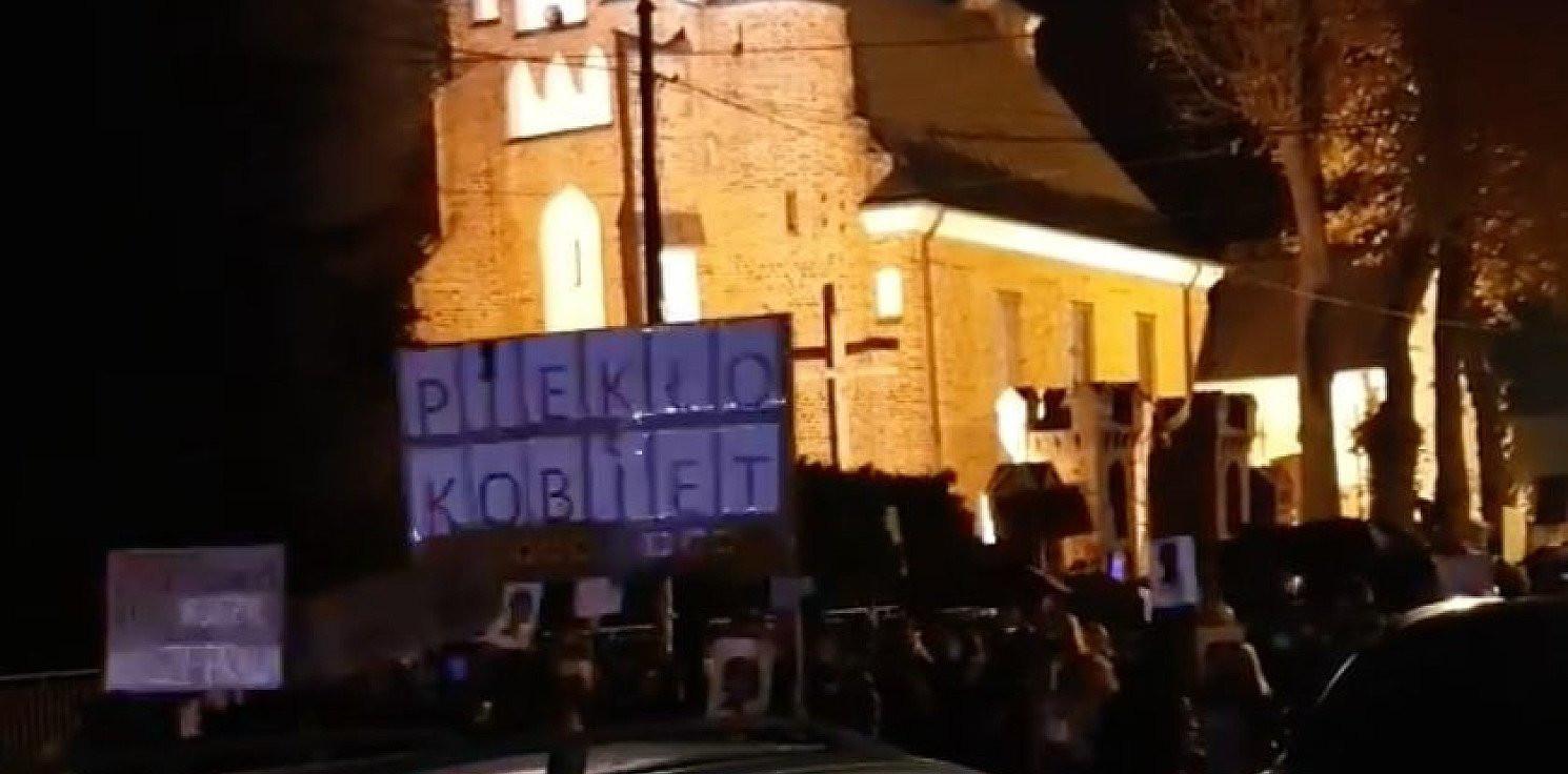 Toruń - Proboszcz z podtoruńskiej parafii wyszedł do protestujących z bronią [WIDEO]