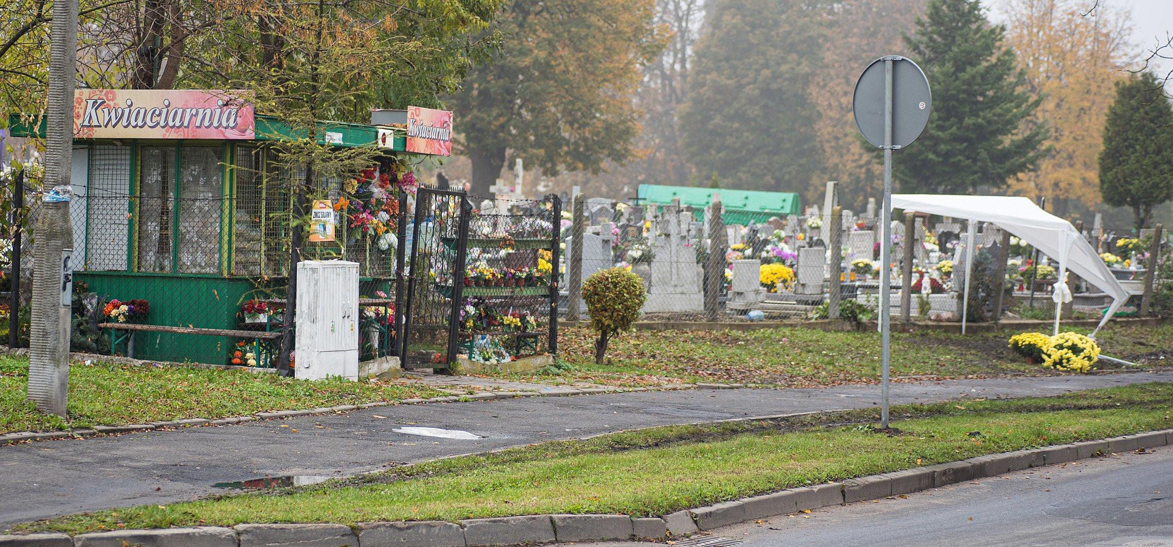 """Inowrocław - """"Kwiaty zamiast na grobach skończą w kompoście"""""""