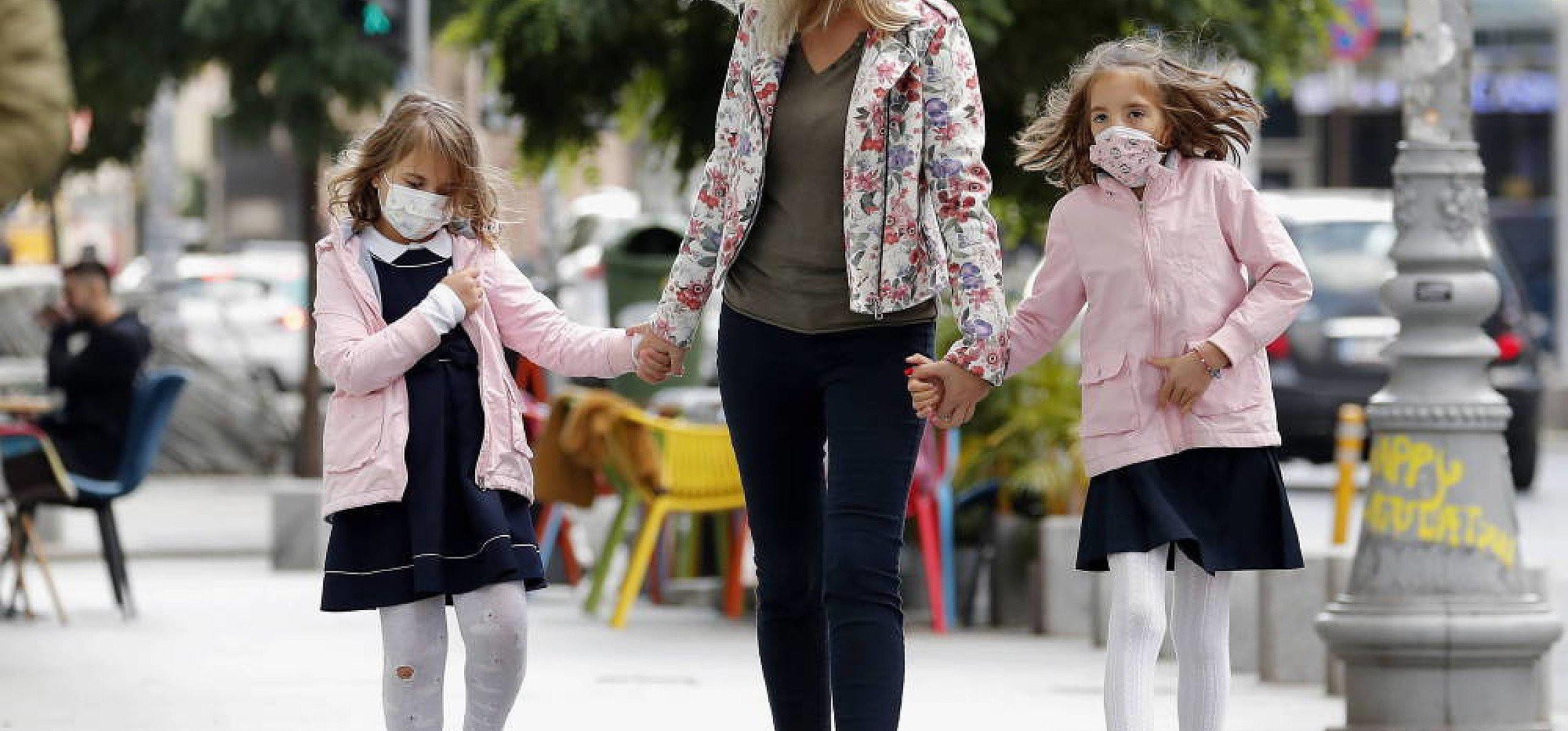 Dzieci nie zwiększają u domowników ryzyka zakażenia koronawirusem oraz zgonu na COVID-19