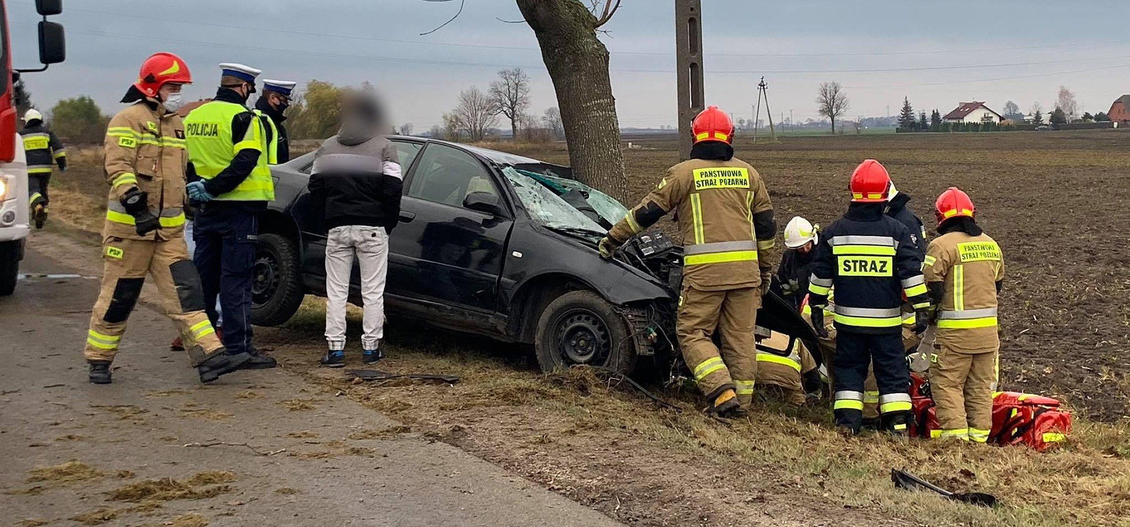 Auto uderzyło w drzewo. Są poszkodowani