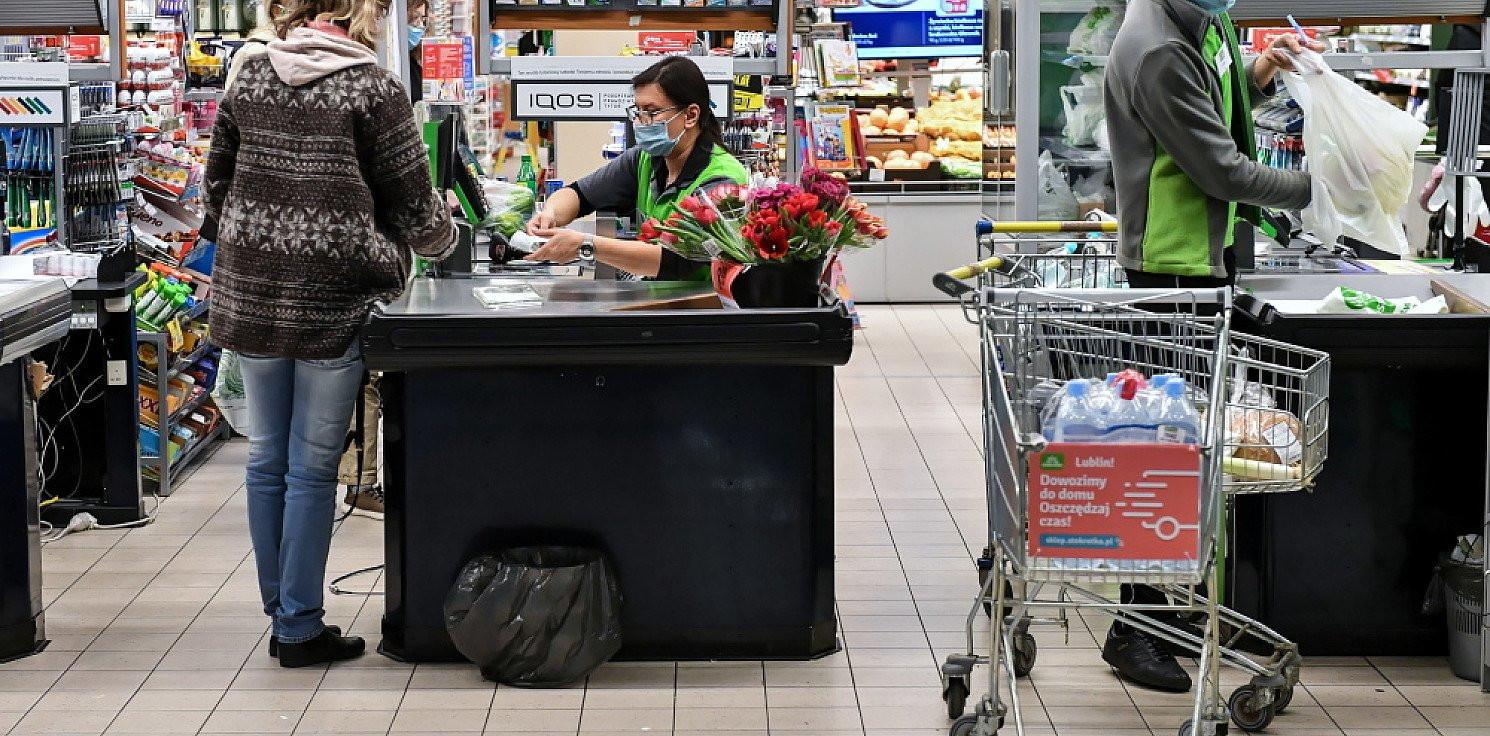 Kraj - Deloitte: Polacy wydadzą na święta 29 proc. mniej niż rok temu